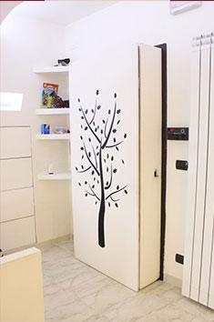 armadio-dietro-la-porta-personalizzato